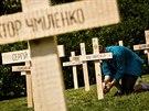 Instalace 107 dřevěných křížů v proluce v Moskevské ulici v pražských...