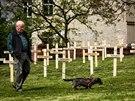 Instalace 107 dřevěných křížů v pražských Vršovicích jako památky na padlé v...