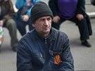 Proruský demonstrant s oranžovo-černou stužkou
