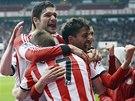 PROMĚNĚNÁ PENALTA. Fotbalisté Sunderlandu se radují z gólu Fabia Boriniho, jenž
