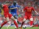 PROJDU? Demba Ba, útočník Chelsea, se snaží prosmýknout mezi Stevenem Gerrardem