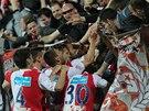 Fotbalist� Slavie se ze vst�elen�ho g�lu raduj� se sv�mi fanou�ky.