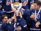 Američtí hokejisté se zlatými medailemi a pohárem pro mistry světa do 18 let.