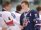 GRATULACE SOUPEŘI. Američtí hokejisté byli ve finále mistrovství světa do 18