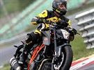Na okruhu dokáže Super Duke konkurovat i supersportovním motorkám.