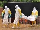 Tělo pacienta, který ebole podlehl, je navráceno rodině k pohřbení poté, co ho...