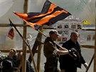 Poruští stoupenci ve východoukrajinském Luhansku pochodují s oranžovočernou...