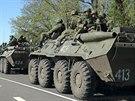 Ruští vojáci se přesouvají u města Bělgorod, ležícího asi 20 kilometrů od...