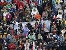 Věřící drží transparent s portrétem Jana Pavla II. na Svatopetrském náměstí...