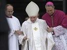 Emeritní papež Benedikt XVI. přichází na ceremonii na Svatopetrském náměstí...