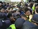 Příbuzných pohřešovaných z korejského trajektu měli v neděli ráno potyčky s...
