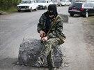 Prorusk� radik�l u kontroln�ho stanovi�t� pobl� ukrajinsk�ho Slavjansku, kde...