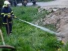 Hasiči čistili ulici ve Staré Vsi nad Ondřejnicí i proudem vody z hadice. (23....