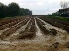 Záběr na jedno z polí, odkud do Staré Vsi nad Ondřejnicí stékaly proudy bahna....