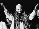 Nový papež Karol Wojtyla, který přijal jméno Jan Pavel II., zdraví v roce 1978...