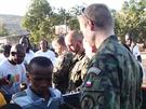 �e�t� voj�ci se v Mali pod�lej� na distribuci humanit�rn� pomoci. Jejich hlavn�m �kolem je ochrana velitelstv� mise.
