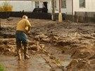 Strakonickou ulici Pohraniční stráže zaplavilo bahno do výšky až 80 centimetrů....