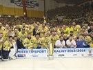 MISTŘI. Hokejisté Zlína se fotí s Masarykovým pohárem pro extraligové šampiony.