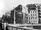Praha po bombardov�n�. Lid� na Jir�skov� most� se d�vaj� na rozbombardovanou