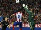 Australský  brankář Mark Schwarzer z Chelsea zasahuje před Raúlem Garciou z...