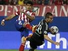 Diego Costa z Atlétika Madrid střílí, Cesar Azpilicueta z Chelsea jeho ránu...