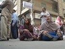 Rodiny obžalovaných stoupenců Muslimského bratrstva naříkají před egyptským soudem.