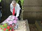 Propuštěný Ivan Jonák šel položit kytici na hrob své manželky. Kvůli její...