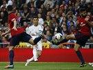 GÓLOVÁ RÁNA. Cristiano Ronaldo z Realu Madrid pálí na branku Osasuny. A míči v...