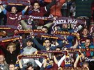 SE ŠÁLAMI NAD HLAVOU. Sparťanští fanoušci povzbuzují letenský tým v průběhu...