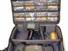 Druhá verze handheldu Atari Lynx II s hrami a příslušenstvím. Pro porovnání je...