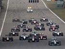 SITUACE PO STARTU. Lewis Hamilton vede pole ve Velké ceně Číny formule 1.