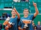 Mike Bryan (vlevo) a Bob Bryan s trofejemi pro vítěze turnaje v Monte Carlu.