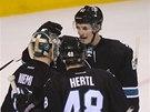 I Tomáš Hertl ze San Jose přijel poblahopřát k výkonu svému brankáři Anttimu