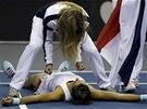 Vy�erpan� francouzsk� tenistka Caroline Garciaov� v  bar�i Fed Cupu proti USA,