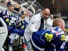 Trenér Komety Brno Vladimír Kýhos udílí pokyny na střídačce.