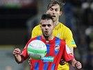 Michal Ďuřiš z Plzně zpracovává míč, hledí si ho Jan Hošek z Teplic.