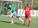 Zdeněk Grygera (v zeleném) si zkouší fotbal nevidomých.