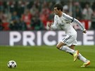 Útočník Gareth Bale z Realu Madrid s míčem podniká útok směrem na bránu Bayernu