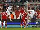 Obránce Sergio Ramos z Realu Madrid právě dává gól do sítě Bayernu Mnichov v