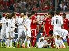 Obránce Dante z Bayernu Mnichov tvrdě fauloval Cristiana Ronalda z Realu Madrid...