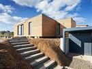 Pozemek ve svahu dovolil vytvořit u domu prostor na technické zázemí a krytá