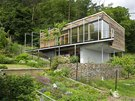 Dům se skládá z masivní zděné základny, na níž je posazena lehká dřevostavba s