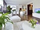 Obývací pokoj v přízemí je spojený s pohodlným jídelním koutem i kuchyní, ze