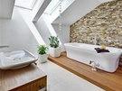 Velká rodinná koupelna v podkroví: vana na pódiu obloženém teakovým dřevem, na