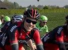 Belgický cyklista Phlippe Gilbert (v popředí) v průběhu prestižního závodu...
