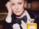 Francouzská herečka Catherine Deneuve v reklamě na parfém Chanel No. 5 v...