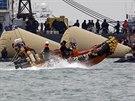 Záchranáři do úterý 22. dubna vyprostiili z potopené lodi 104 mrtvých, další...