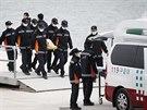 Záchranáři nakládají další tělo oběti nehody jihokorejského trajektu. Do úterý...