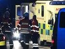 Zraněného řidiče dodávky, která nabourala dvě policejní auta, odvezla sanitka...