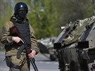 Příslušník ukrajinské armády hlídá kontrolní stanoviště u vesnice Malinovka,...